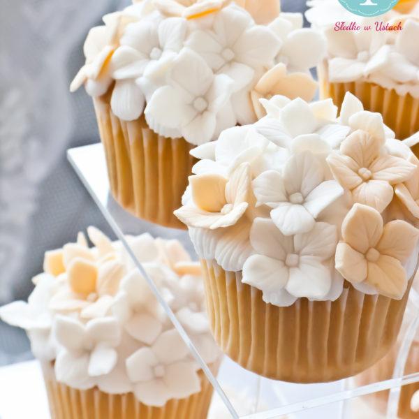 C11 - cupcakes, muffiny, z kwiatami, słodki stół, kącik, candy, bar , kwiaty, warszawa, z dostawą, na ślub, wesele