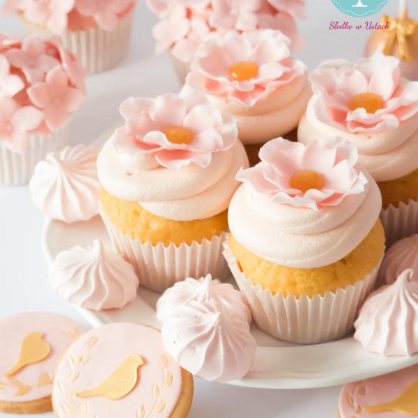 C13 - cupcakes, muffiny, z kwiatami, słodki stół, kącik, candy, bar , kwiaty, warszawa, z dostawą, na ślub, wesele