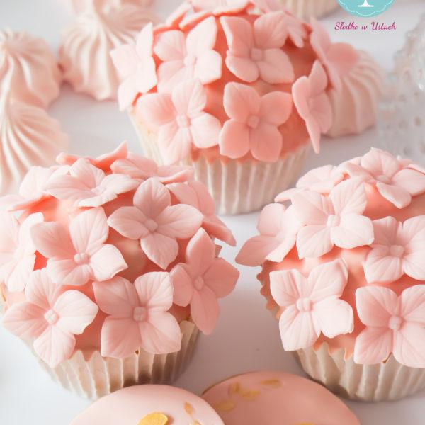 C17 - cupcakes, muffiny, z kwiatami, słodki stół, kącik, candy, bar , kwiaty, warszawa, z dostawą, na ślub, wesele