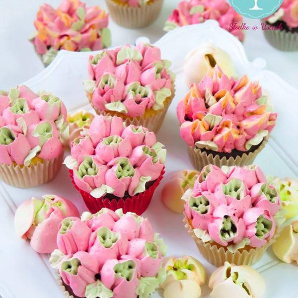 C22 - cupcakes, muffiny, z kwiatami, słodki stół, kącik, candy, bar , kwiaty, warszawa, z dostawą, na ślub, wesele