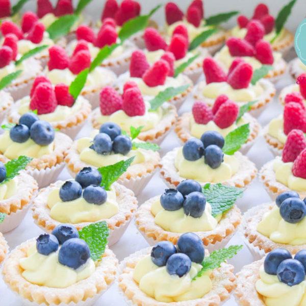 C3 - babeczki kruche, z owocami, słodki stół, kącik, candy, bar , owoce, warszawa, z dostawą, wesele, ślub, event