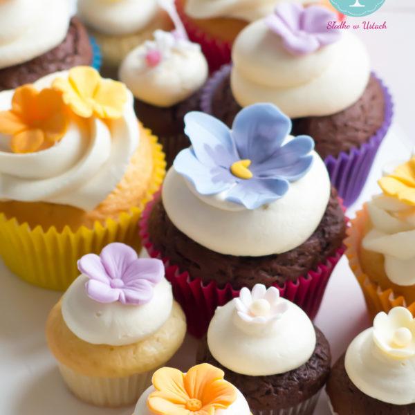 C42 - cupcakes, muffiny, z kwiatami, słodki stół, kącik, candy, bar , kwiaty, dzień kobiet, na ślub, wesele