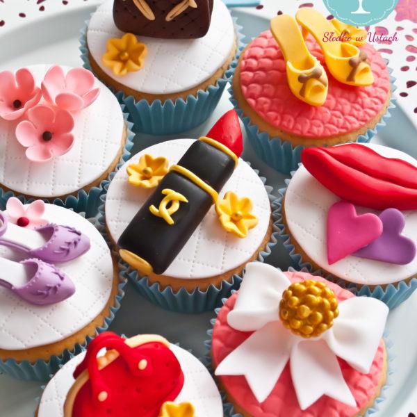C45 - cupcakes, muffiny, z kwiatami, słodki stół, kącik, candy, bar , kobiece, dla pań