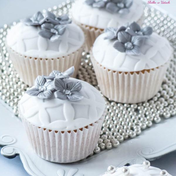 C59 - cupcakes, muffiny, z kwiatami, słodki stół, kącik, candy, bar , kwiaty, dzień kobiet, na ślub, wesele