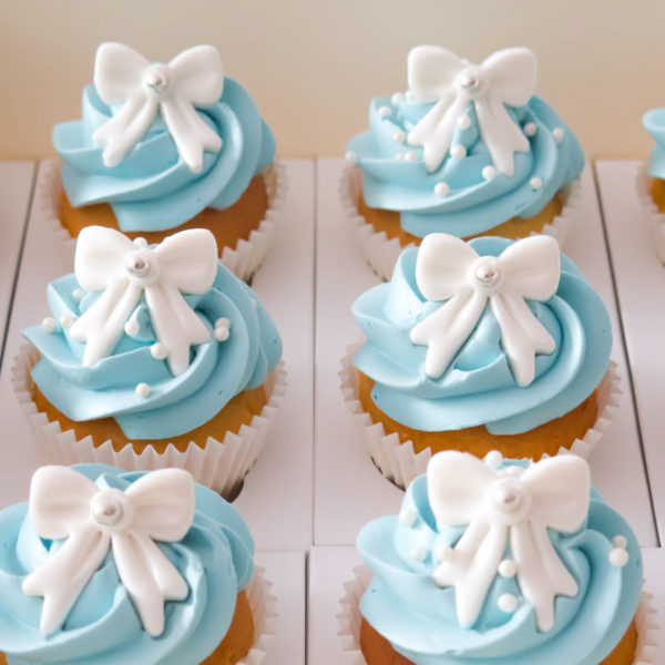 C61 - cupcakes, muffiny, wstążka, słodki stół, kącik, candy, bar , na ślub, wesele, chrzciny, kokardka