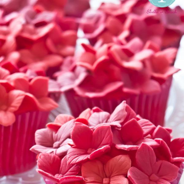 C72 - cupcakes, muffiny, z kwiatami, słodki stół, kącik, candy, bar , kwiaty, warszawa, z dostawą, na ślub, wesele