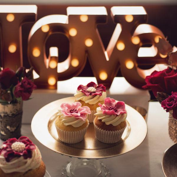 C74 - cupcakes, muffiny, z kwiatami, słodki stół, kącik, candy, bar , kwiaty, dzień kobiet, na ślub, wesele