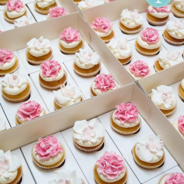 C9 - cupcakes, muffiny, z kwiatami, słodki stół, kącik, candy, bar , kwiaty, warszawa, z dostawą, na ślub, wesele