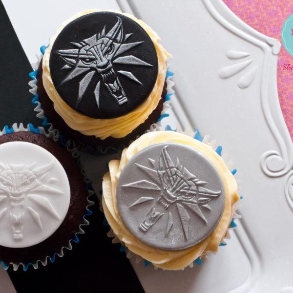 F18 - muffiny firmowe, cupcakes, babeczki firmowe, dla firm, słodycze firmowe, reklamowe, personalizowane, wiedźmin, cdprojekt, witcher, słodko w ustach,