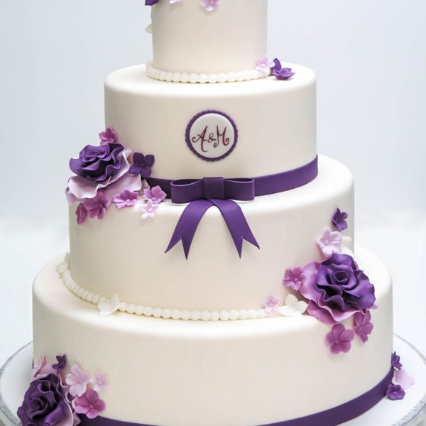 S17 - tort na ślub, wesele, ślubny, weselny, artystyczny, biel, elegancki, piętrowy , z kwiatami, kwiaty, monogram, cake, piaseczno, z dostawą, róże, hortensje, fiolet