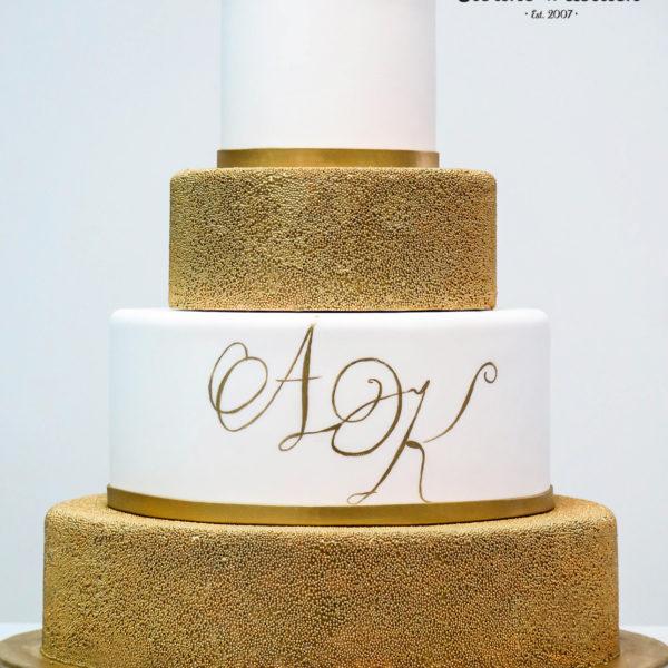 S29 - tort na ślub, wesele, ślubny, weselny, biel, złoto, złocony, złoty, monogram piętrowy , z kwiatami, kwiaty, monogram, cake, piaseczno, z dostawą,