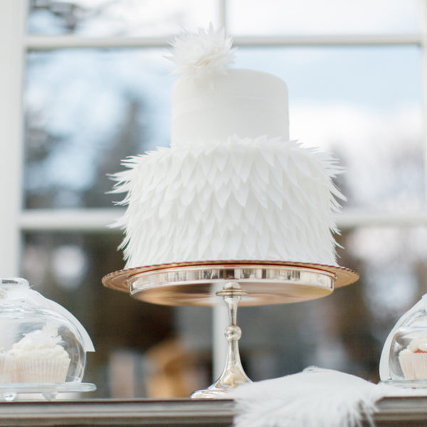 S40 - tort na ślub, wesele, ślubny, weselny, elegancki, piętrowy , z kwiatami, cake, warszawa, z dostawą, pióra