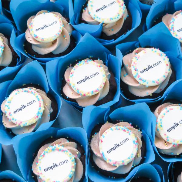 F131 - muffiny firmowe, cupcakes, babeczki firmowe, dla firm, słodycze firmowe, reklamowe, personalizowane, empik.com, słodko w ustach, warszawa