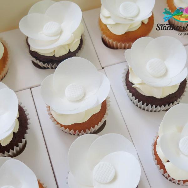S67 - cupcakes, muffiny z kwiatami waflowymi, zamiast tortu ślubnego, warszawa muffiny, tort ślubny, tort weselny,