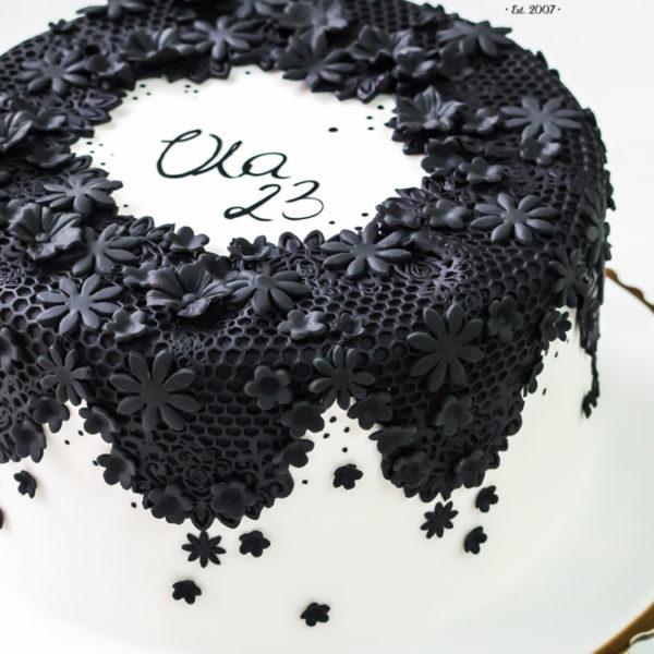 U377 - tort urodzinowy, na urodziny, artystyczny, biel, czerń, z kwiatami, koronka