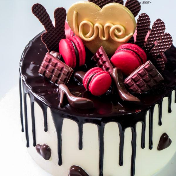 U537 - tort urodzinowy, na urodziny, artystyczny, kobiecy, elegancki, dla pań, drip cake, w kremie, bez masy cukrowej, szpilka, tort z dostawą, transportem, warszawa, piaseczno, konstancin jeziorna, góra kalwaria, polska