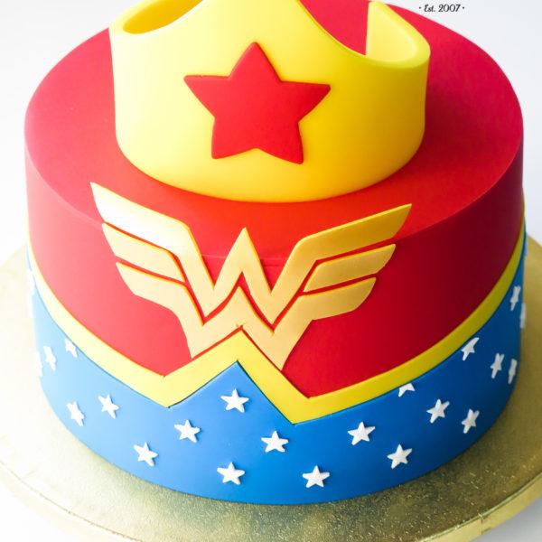 U605 - tort urodzinowy, na urodziny, artystyczny, wonder woman, dla żony, dla pań, kobiecy, tort z dostawą, transportem warszawa, piaseczno, konstancin jeziorna, góra kalwaria, polska