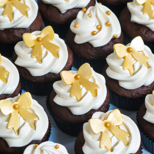 C248 - cupcakes, muffiny, baby shower, chrzciny ślubne, weselne, z kokardką, słodki stół, kącik, candy, bar , urodziny, personalizowane, z dostawą, prezenty, warszawa, piaseczno, konstancin jeziorna, polska,